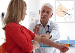 Доктор показывает девушке имплант на приеме картинка