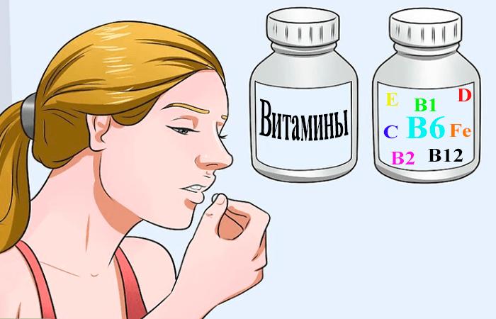 Девушка пьет витамины после аборта