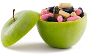 Внутри зеленого яблока лежать таблетки и капсулы