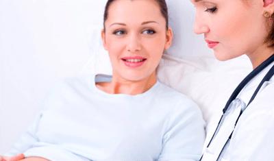 Женщина врач осматривает живот пациентки